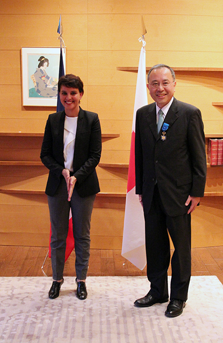 安達淳副所長がフランス国家功労勲章オフィシエを受勲